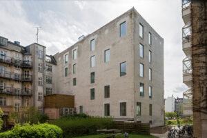 Foto af bagsiden af baghuset Fælledvej 19, hvor der er etableret nye vinduesudskæringer i det oprindeligt lukkede facadeparti bagtil